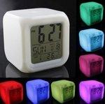 BAY LED Uhr digital mit Wecker Datum Temperatur leuchtendem Farbwechsel in Würfelform