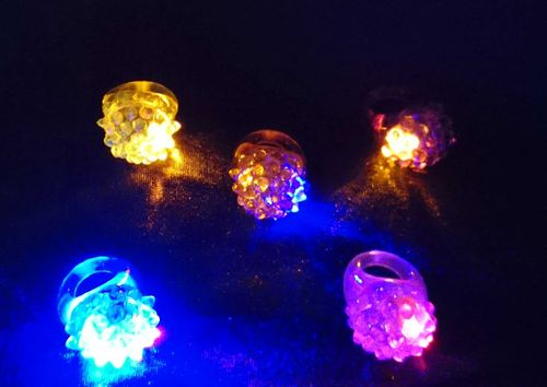 LED FLASHING BLINKENDER LEUCHT FINGER RING Raspberry Lichtring Himbeer blinkt