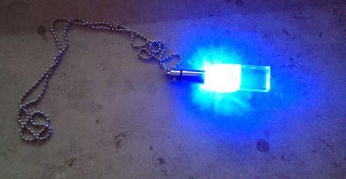Rainbow LED Blinkende Trillerpfeife Pfeife (ca.6cm) mit Band (ca.30cm) blink pipe